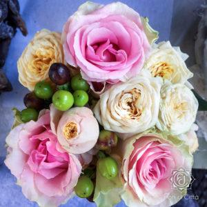 una piccola composizione di rosa rosa per un dono economico ma bellissimo