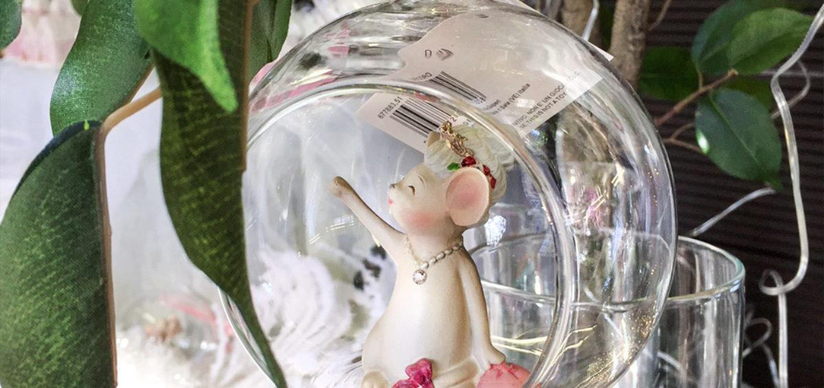 una palla di vetro con all'interno una topina dalle guance rosa