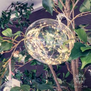 una palla di vetro con all'interno lucine gialle