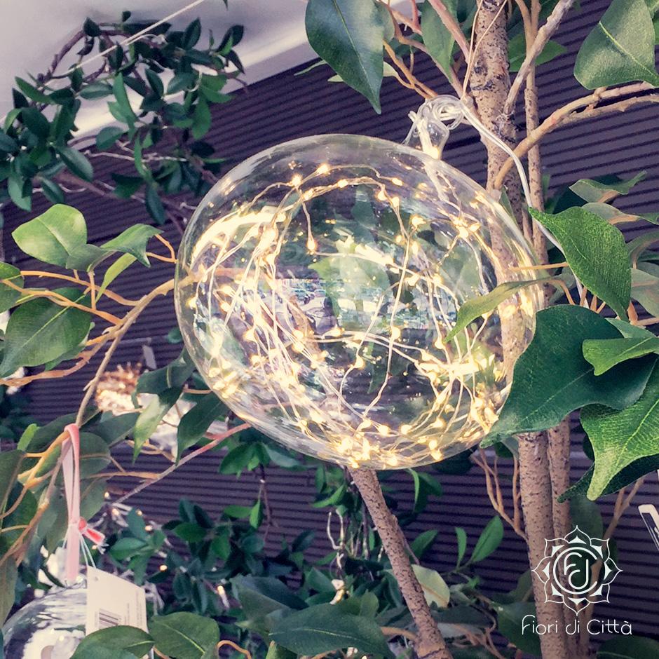 Come decorazione natalizia, abbiamo scelto una palla di cristallo con all'interno delle lucine